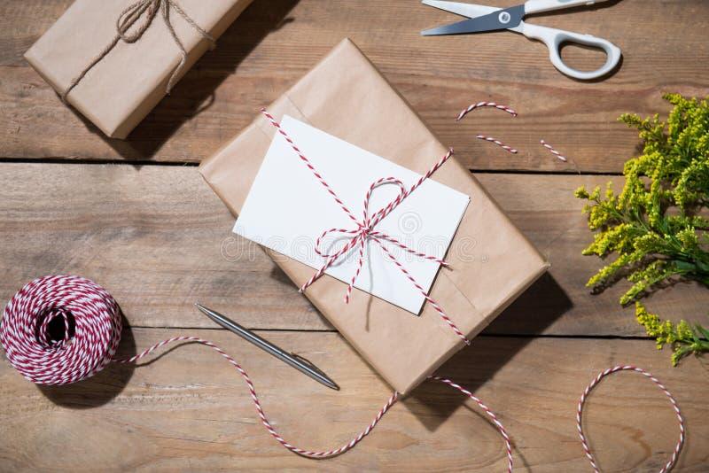 Actual caja en la tabla de madera Endecha plana con el espacio de la copia Celebrati imagen de archivo