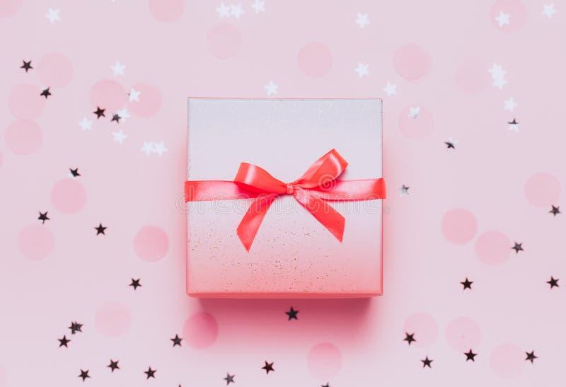 Actual caja rosada en fondo rosado del konfetti imágenes de archivo libres de regalías