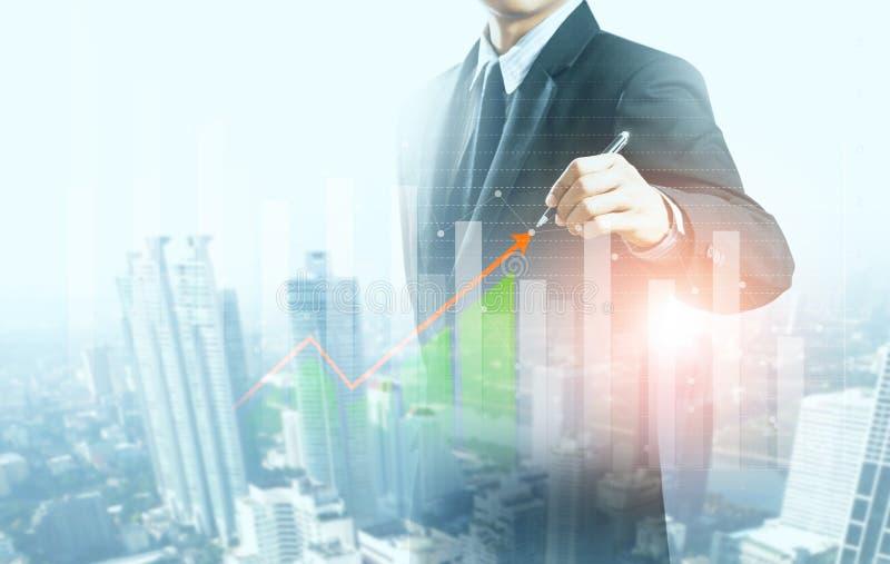 Actual gráfico de levantamiento del hombre de negocios, crecimiento del negocio imagen de archivo