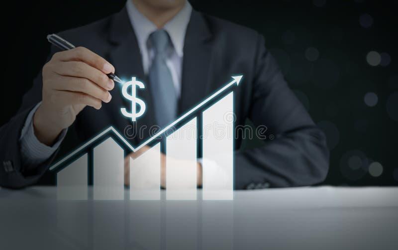 Actual gráfico de levantamiento del hombre de negocios, crecimiento del negocio foto de archivo libre de regalías