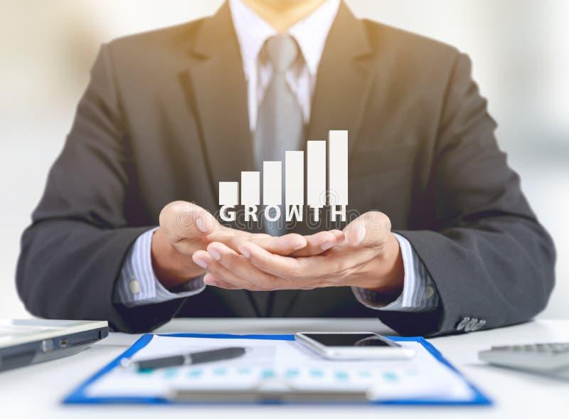 Actual gráfico del hombre de negocios con crecimiento imagen de archivo