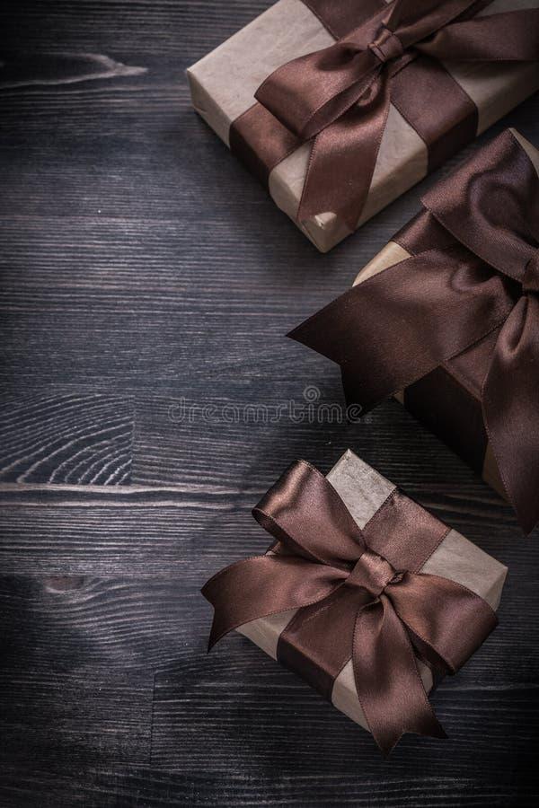 Download Actuales Cajas Con Las Cintas Atadas En El Tablero De Madera Imagen de archivo - Imagen de brillantemente, regalo: 64211255