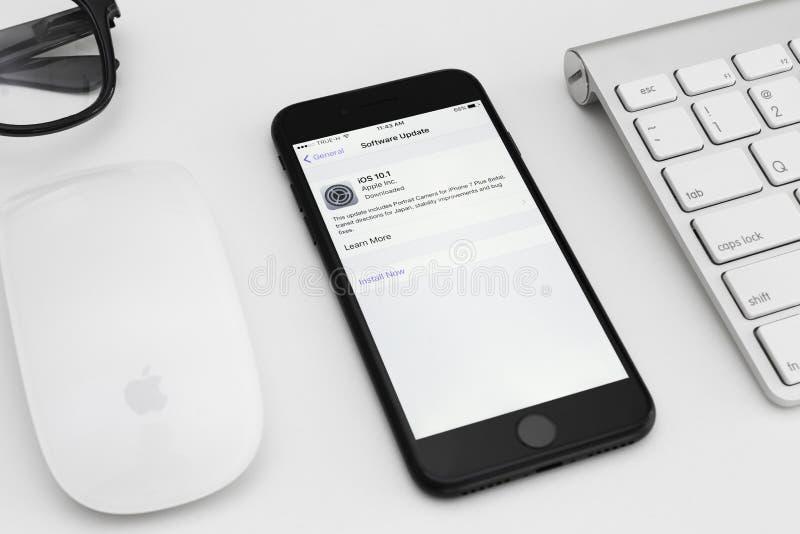 Actualización de software negra mate del IOS de la pantalla de IPhone que muestra 7 a 10 1 fotografía de archivo