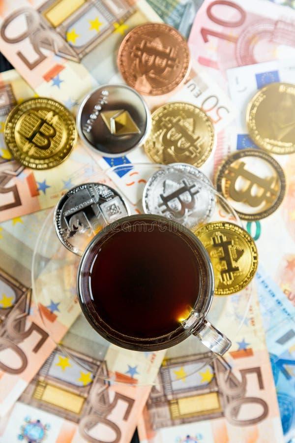 Acuña Bitcoin - moneda crypto y dinero tradicional La opción del mundo moderno Inversiones, pago digital del cryptocurrency fotos de archivo libres de regalías
