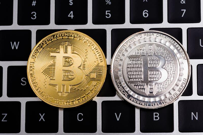 Acuñe, dinero digital virtual del bitcoin en el ordenador portátil del teclado fotos de archivo