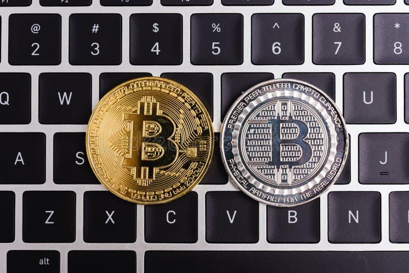 Acuñe, dinero digital virtual del bitcoin en el ordenador portátil del teclado fotos de archivo libres de regalías