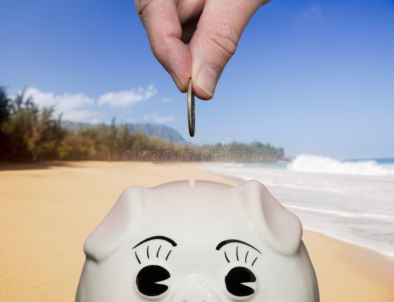 Dinero del ahorro en la hucha con los dedos fotografía de archivo libre de regalías