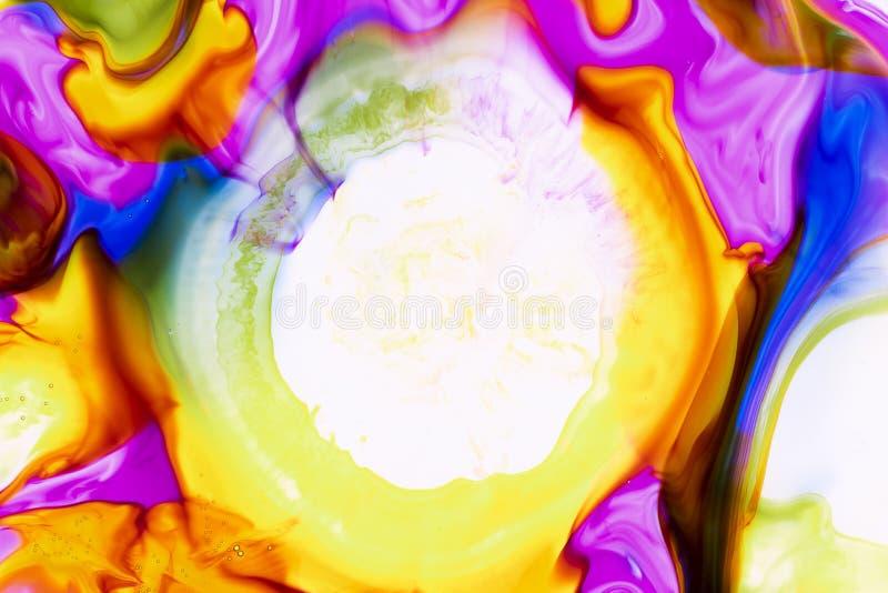Acuarela y extracto de acr?lico Fondo colorido La mezcla, salpica y los dibujos de colores: rojo, amarillo, azul, verde, marr?n,  ilustración del vector