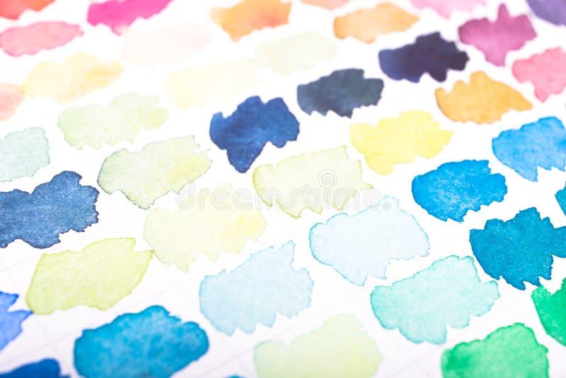 Acuarelas coloridas en el papel foto de archivo libre de regalías
