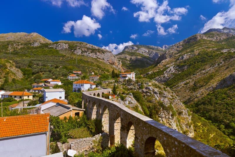 Acueducto en la ciudad vieja de la barra - Montenegro imágenes de archivo libres de regalías