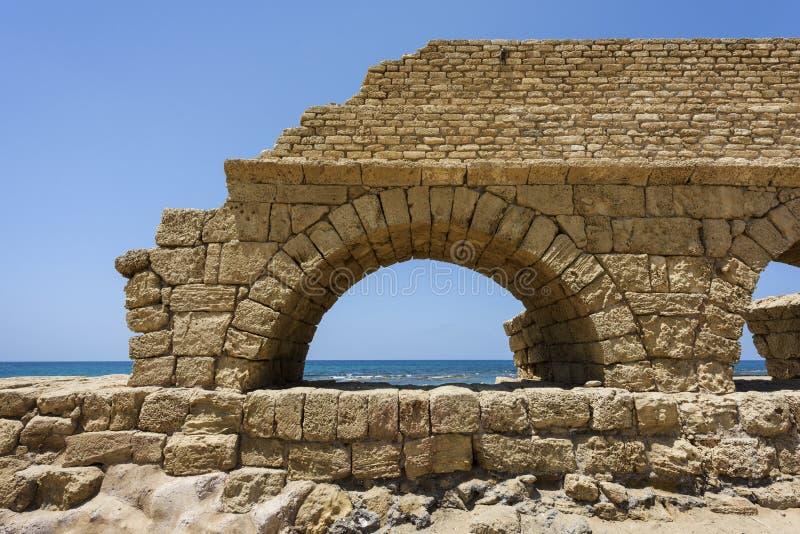 Acueducto romano antiguo en Ceasarea en la costa del Mediterra fotos de archivo