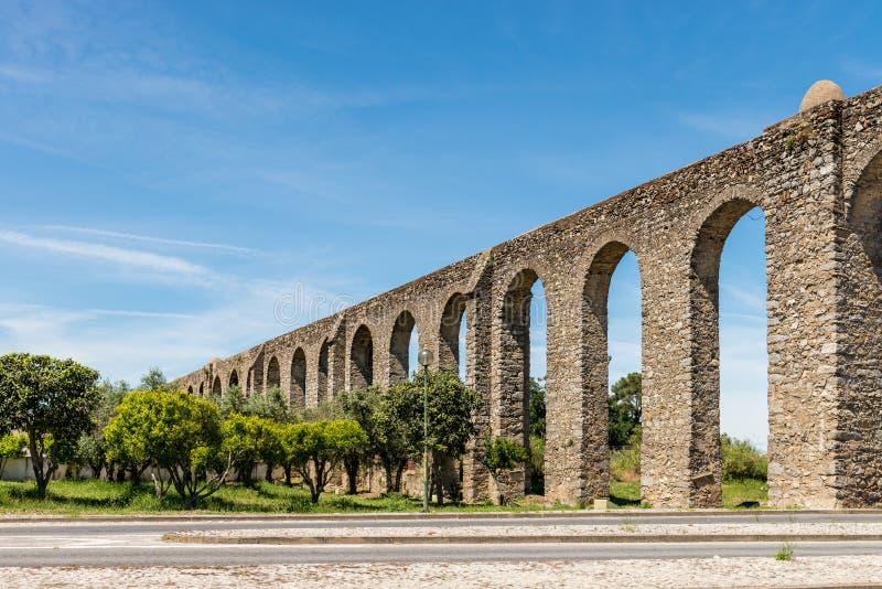 Acueducto romano antiguo situado en Evora imagen de archivo