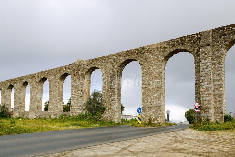 Acueducto romano antiguo situado en Evora, Portugal imagen de archivo libre de regalías