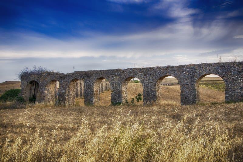 acueducto romano de la ruina de Italia foto de archivo
