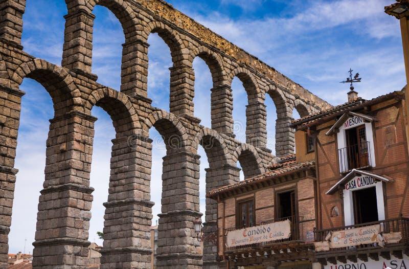 acueducto Segovia, España la garra del diablo en la piedra imagen de archivo