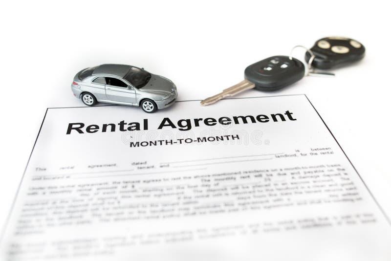 Acuerdo del alquiler de coches con el coche en centro foto de archivo libre de regalías
