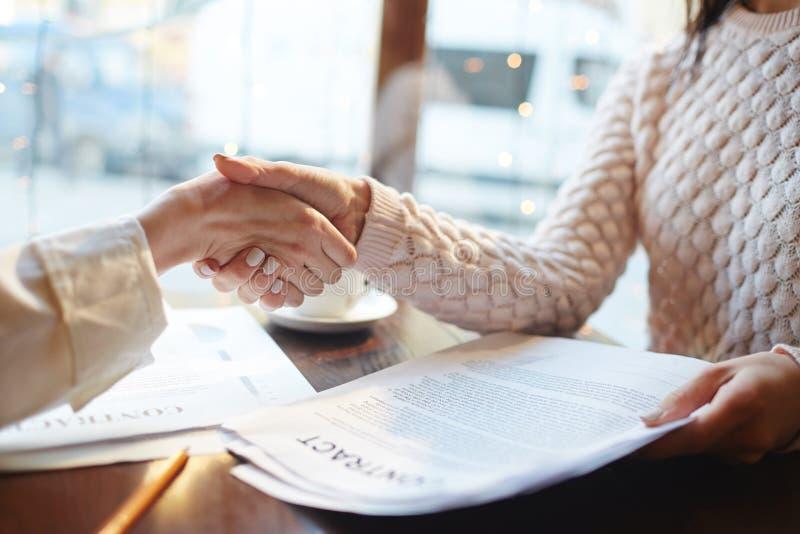Acuerdo del negocio en café fotografía de archivo