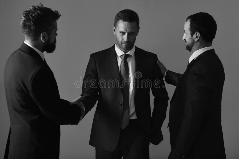 Acuerdo del negocio y concepto del compromiso Los hombres de negocios llevan los trajes elegantes fotografía de archivo libre de regalías