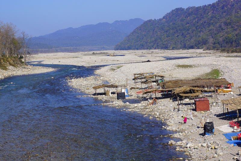 Acuerdos en la orilla del río con los shantis o las chozas que tienen comunidades que viajan de la India del norte con las reside fotos de archivo