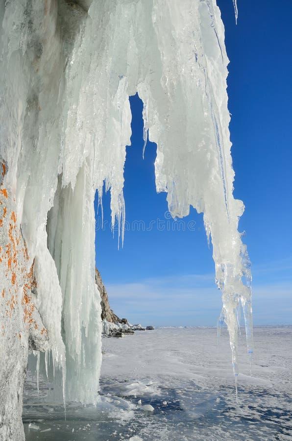 Acumulación de hielo en la orilla rocosa de la isla de Olkhon cerca de la estación meteorológica de Uzury Lago Baikal, Rusia imagenes de archivo