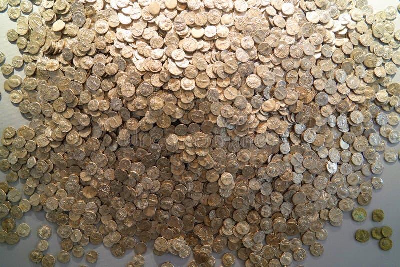Acumulación de las monedas romanas de plata foto de archivo libre de regalías