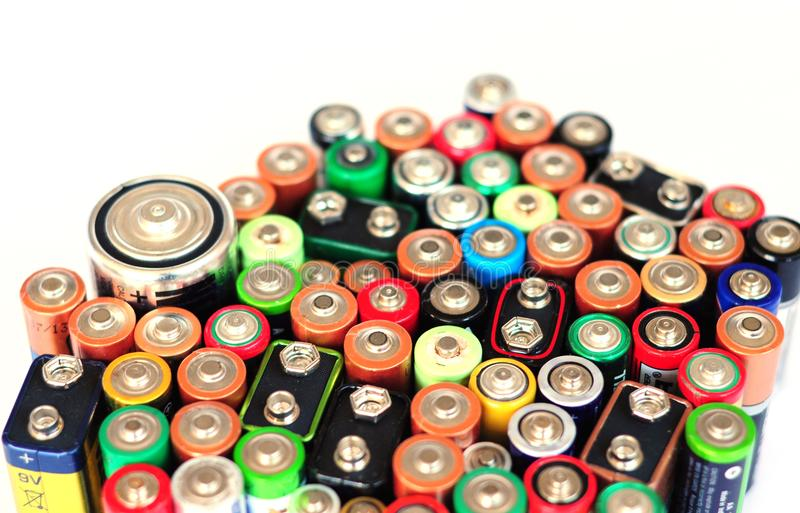 Acumuladores alcalinos del reciclaje de residuos, reutilización, disposición de basura foto de archivo