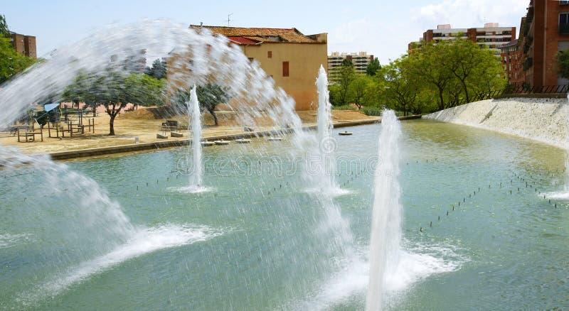 Acumule con los chorros de agua en los jardines Nou Barris, Barcelona del parque imagen de archivo libre de regalías