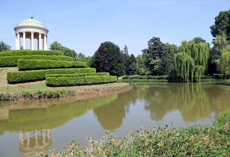 Acumule en el jardín público con los árboles centenarios y el tem antiguo imagen de archivo