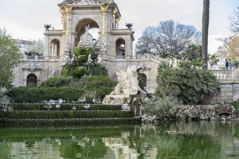 Acumule, los caballos y las gárgolas de oro en el parque de la ciudadela en Barcelo imagenes de archivo