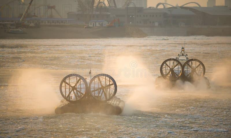 Acv-svävfarkost för två ryss i handling på en Frosen flod Luft Cush arkivbilder