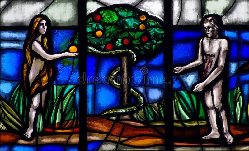 Adán y Eva en paraíso con la manzana y la serpiente imagenes de archivo