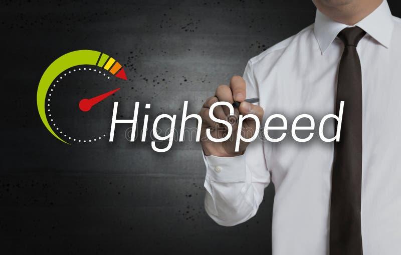 Ad alta velocità è scritto dall'uomo d'affari sullo schermo immagini stock