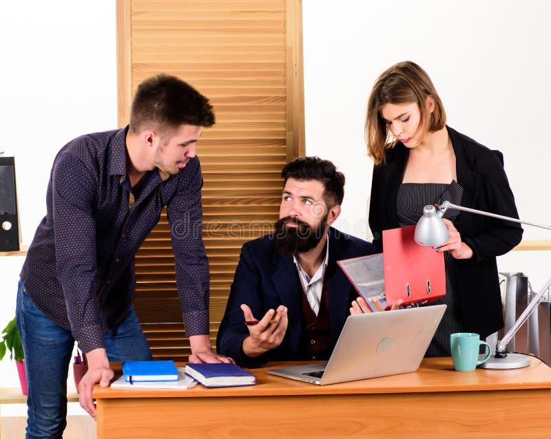 Ad hoc vergadering Managers die informele commerciële vergadering leiden Mensen die grote bedrijfsbespreking in vergaderzaal make stock fotografie