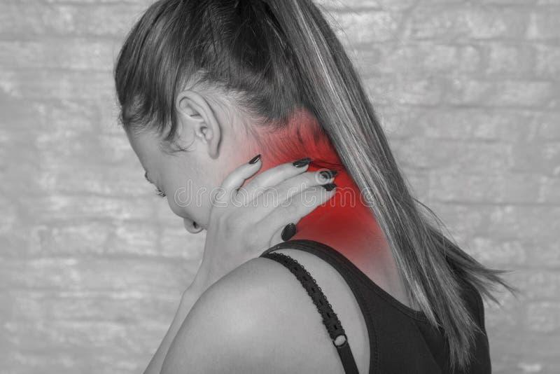 Ad una giovane età, la ragazza lotta con il dolore del PA superiore immagini stock libere da diritti