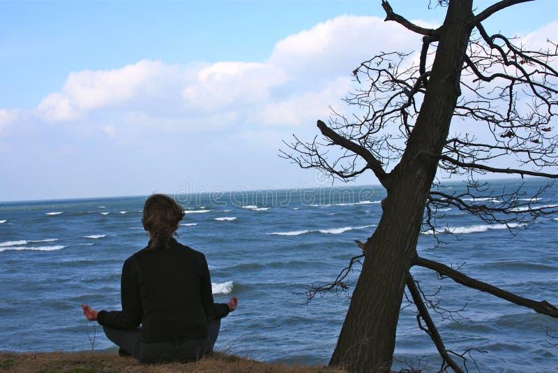 Ad uno con la natura nella meditazione fotografia stock libera da diritti