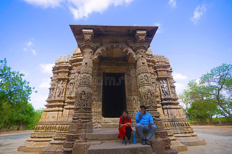 ADALAJ, GUJARAT, INDIA, Juni 2017, Toerist bij de Zontempel stock afbeeldingen