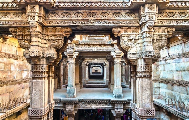 Adalaj ou Rudabai Stepwell na vila de Adalaj perto de Ahmedabad Estado de Gujarat de Índia fotografia de stock royalty free