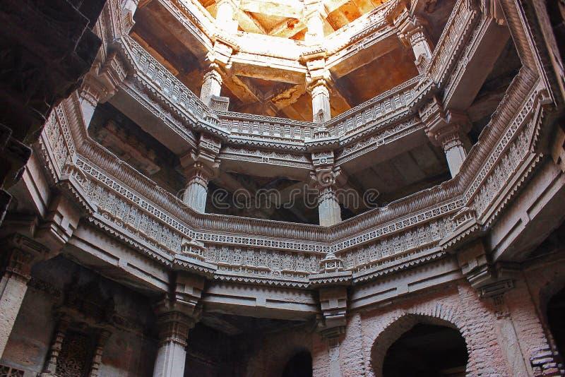 Adalaj Stepwell, Ahmedabad, Gujarat, India Adalaj stepwell is diep vijf verhalen stock foto's
