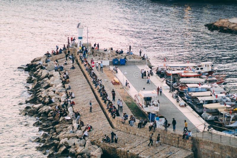 Adalia, Turchia - 22 aprile 2018: La gente al porto dell'yacht di Adalia fotografie stock libere da diritti