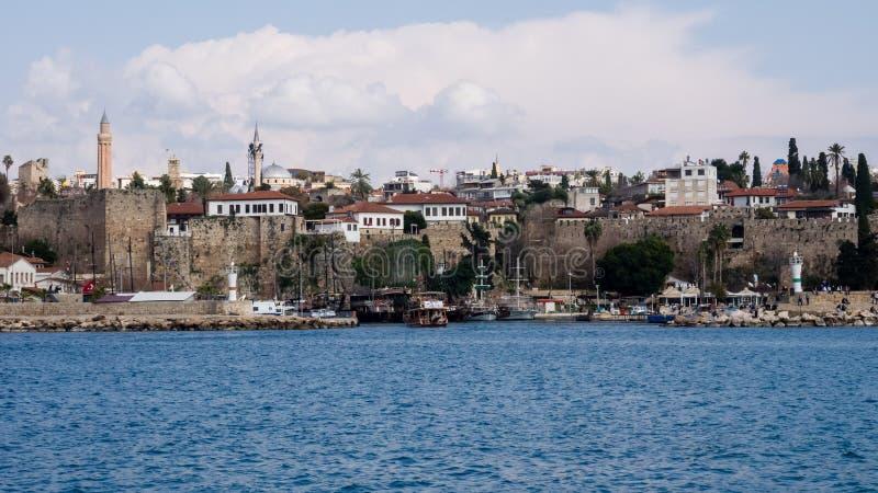 Adalia, Turchia - 22 febbraio 2019: Yacht al pilastro nel porto in Città Vecchia Kaleici a Adalia fotografie stock libere da diritti
