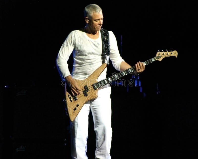 Adam Clayton da U2 vive a Torino 2010 fotografie stock