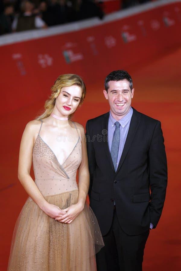 Adam Leon e Grace Van Patten no tapete vermelho imagem de stock royalty free