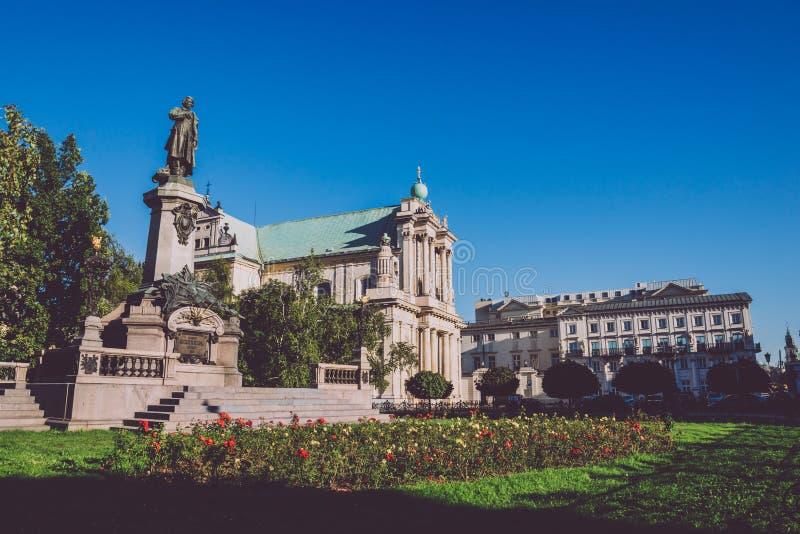 Adam Mickiewicz Statue och Carmelite kyrka i Warszawa royaltyfria foton