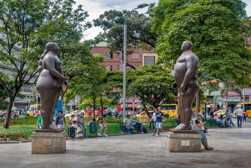 Adam och Eve Statues på den Botero fyrkanten - Medellin, Antioquia, Colombia royaltyfria bilder