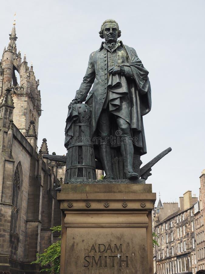 Adam Smith Statue i Edinburg royaltyfri foto