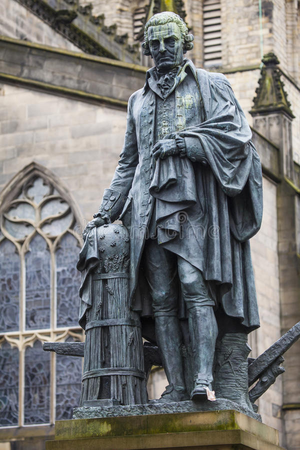 Adam Smith Statue i Edinburg royaltyfri fotografi