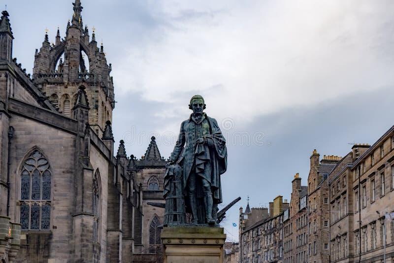 Adam Smith Statue- und St- Gileskathedrale, Edinburgh, Vereinigtes Königreich stockbilder