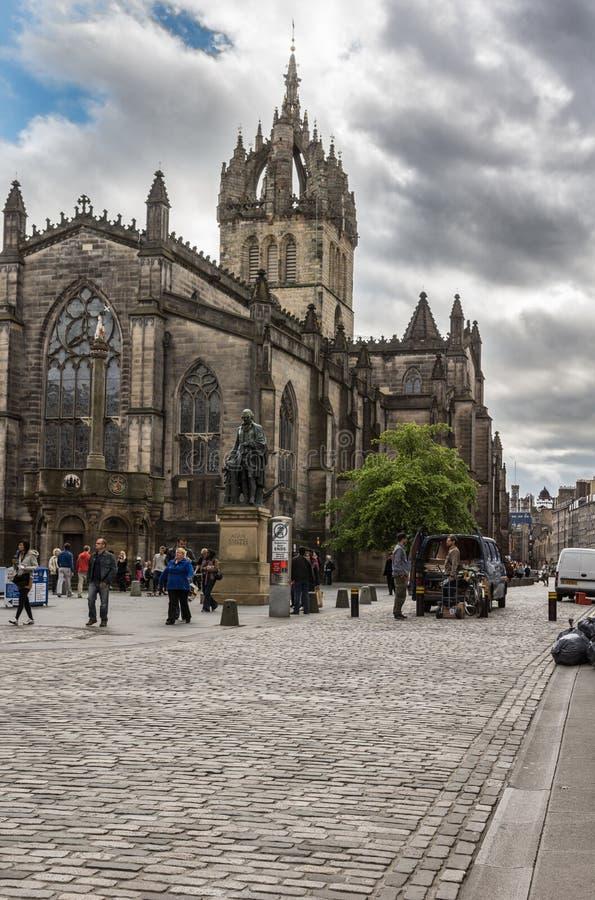 Adam Smith staty och helgon Gilles Cathedral, Edinburg, Scotlan royaltyfria foton