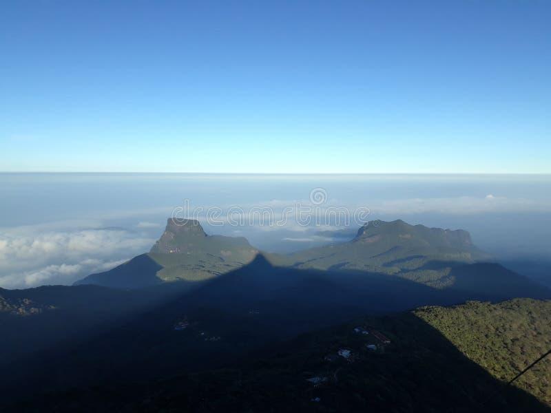 Adam& x27; sombra do pico de s de uma montanha foto de stock