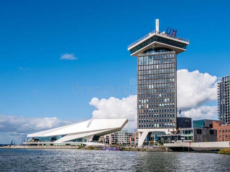 Adam Tower ed occhio Filmmuseum dal fiume IJ, Amsterdam, Netherla fotografia stock libera da diritti